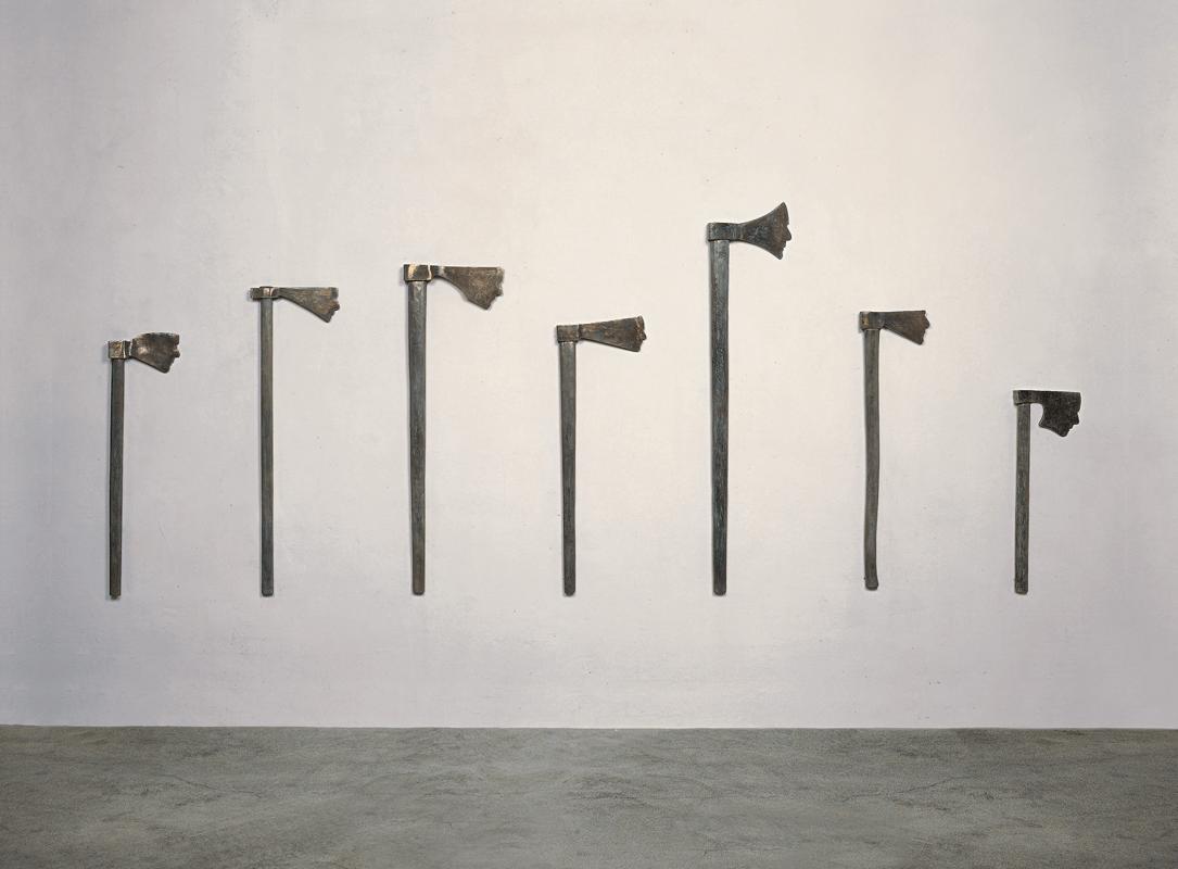Autoritratti autoritari, 2004-2005. Bronzo, installazione di sette elementi, 126 x 290 x 5,3 cm.