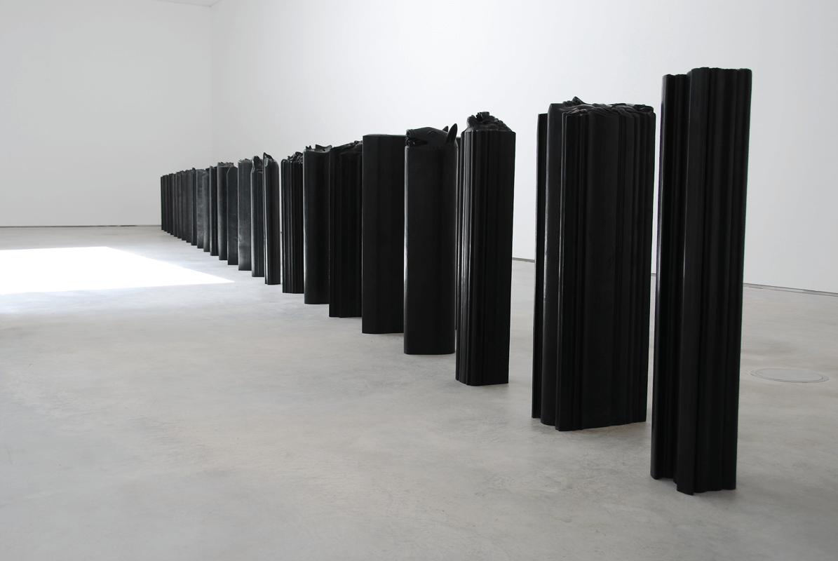 <i>Prismi</i>, 2007. Bronzo, h. 127 cm. 26 elementi. Foto di Carlo Rocchi Bilancini