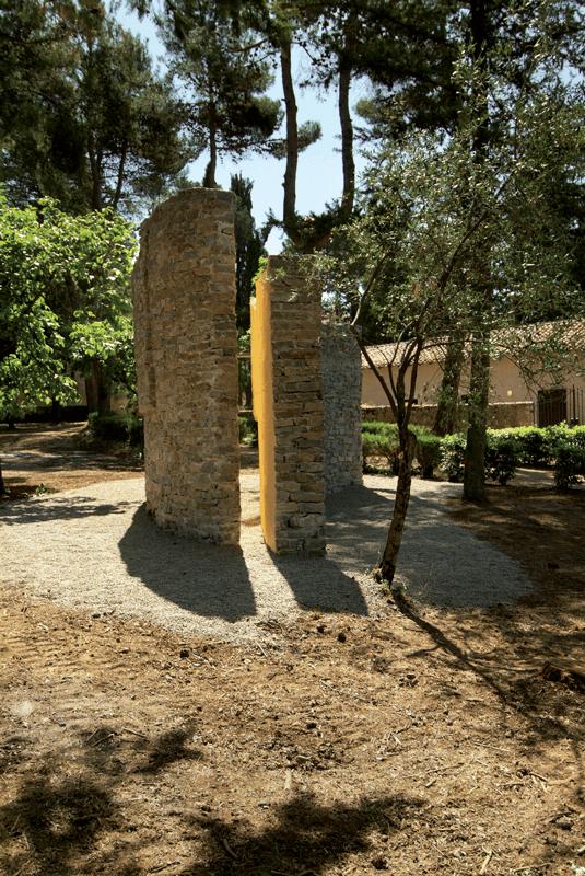 Veduta della mostra Fresco bosco, Certosa di San Lorenzo, Padula, 2006. Foto di Giulio Buono.
