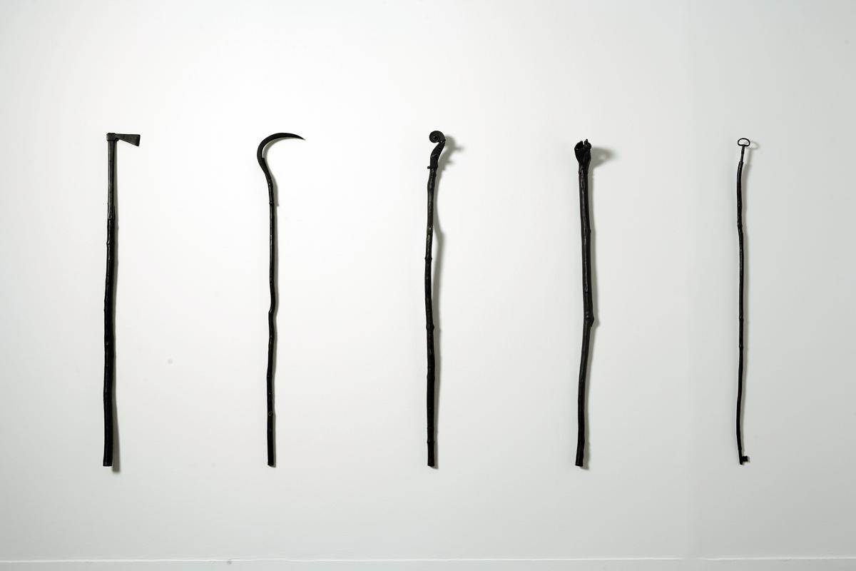 Cielo dei re, 1991. Bronzo, 107 x 3,5 cm. Installazione di 5 elementi. Macro, Roma. Foto di Schiavinotto.