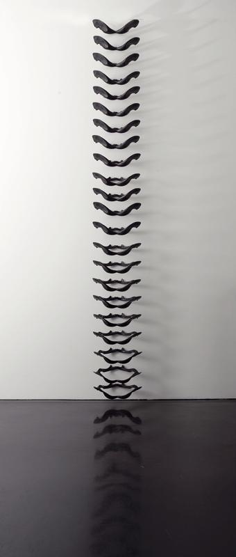 Femmina atroce, 2004. Bronzo, dimensioni variabili. Installazione di 28 elementi. Macro, Roma. Foto di Schiavinotto.